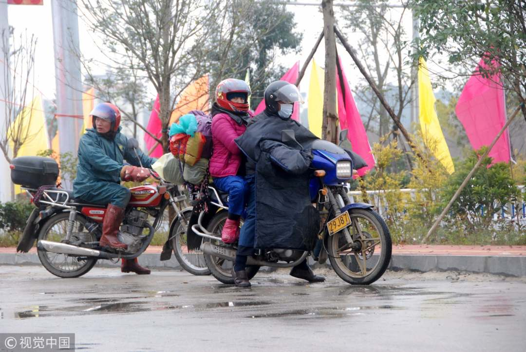 First day of Spring Festival travel large number of people riding motorcycle home
