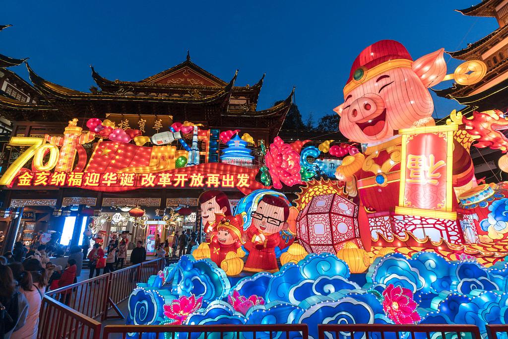 Lanterns light up Shanghai Yuyuan Garden for Spring Festival