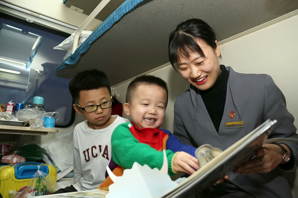 A moving 'kindergarten' in Spring Festival travel rush