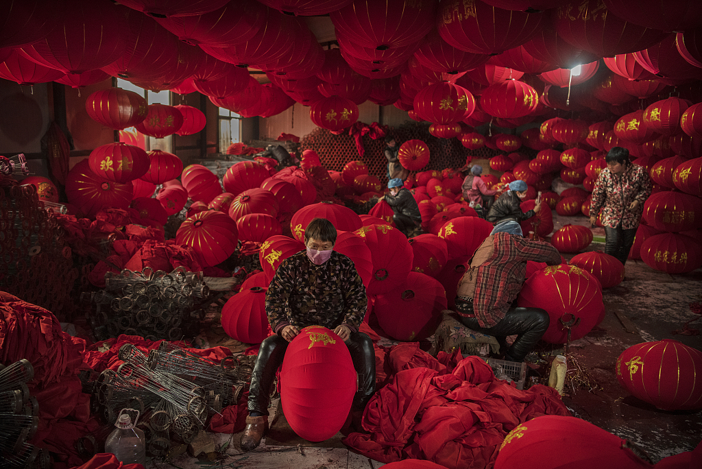 China's 'Lantern Village' is busy making lanterns to welcome the New Year