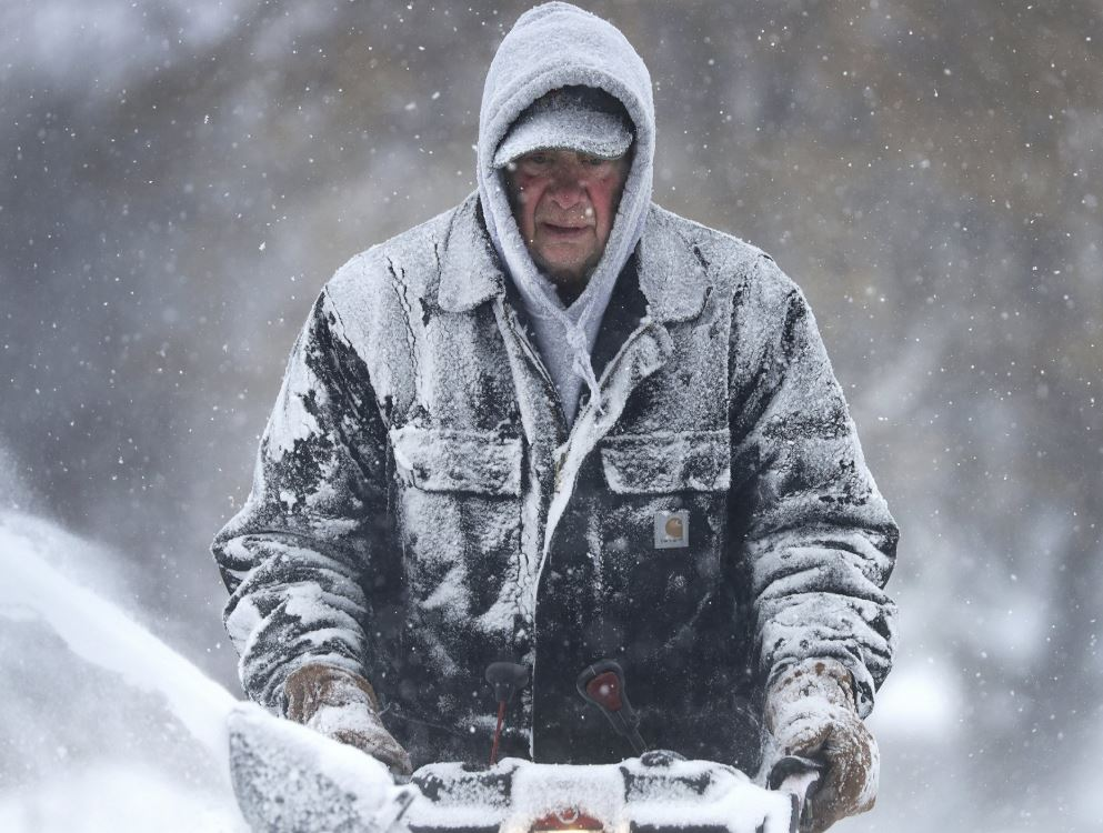 Heavy snow hitting parts of US Midwest; dangerous cold coming