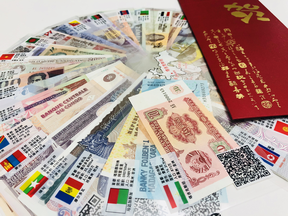 Red envelopes with foreign currencies popular before Chinese New Year