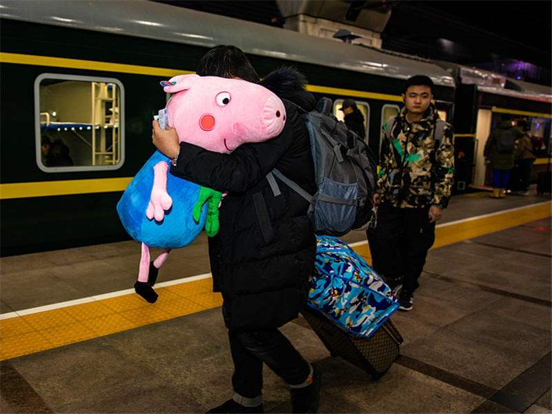 Eye-catching luggage during Spring Festival travel rush