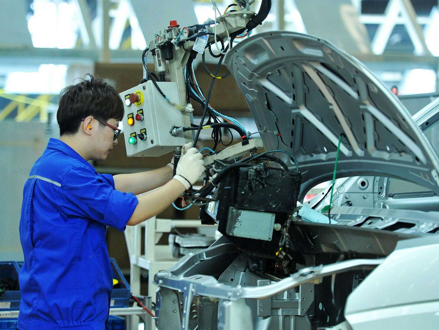 China's manufacturing PMI edges up in January