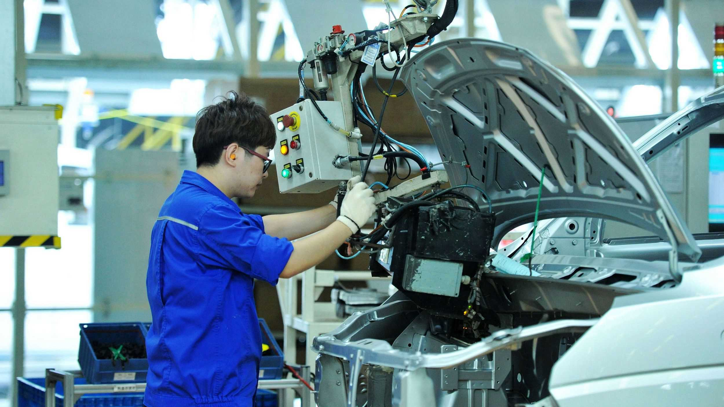 China's January factory activity meets expectations, service sector expands