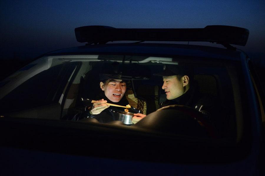 Railway police couple 'love across 36 km' in Ningxia