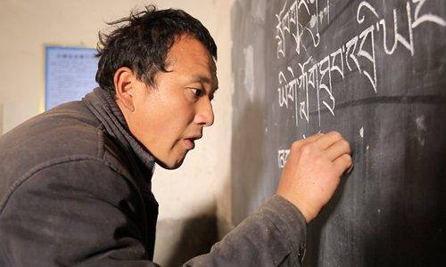Tibetan teacher awarded for efforts to bring bilingual knowledge to rural children