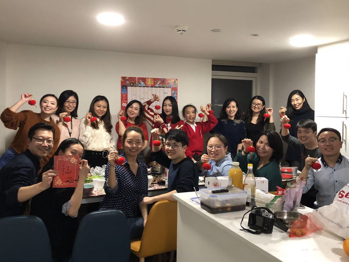 Overseas Chinese keep Spring Festival Eve dinner tradition