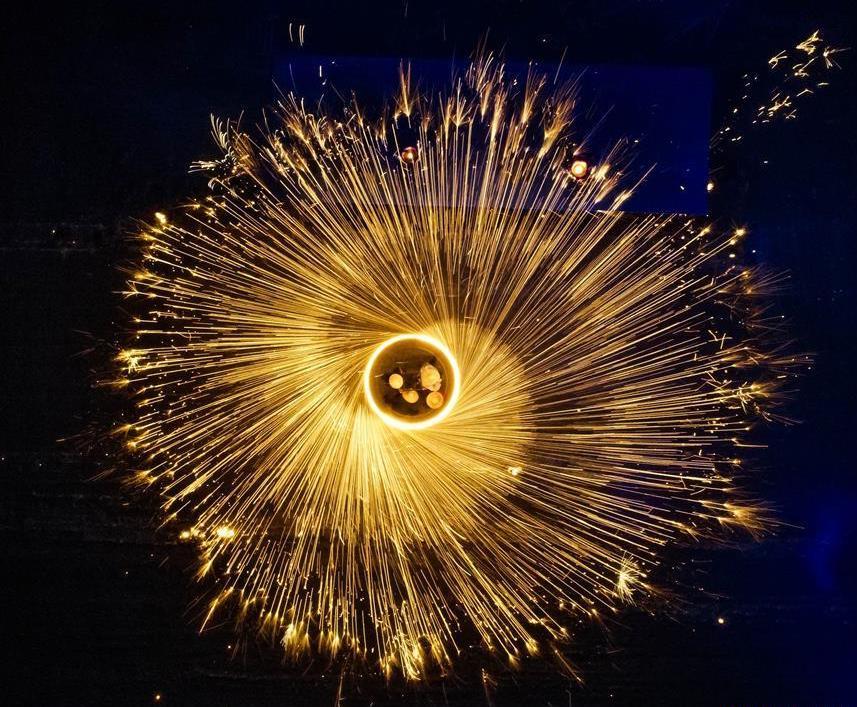 Folk artists spray molten iron to celebrate Spring Festival