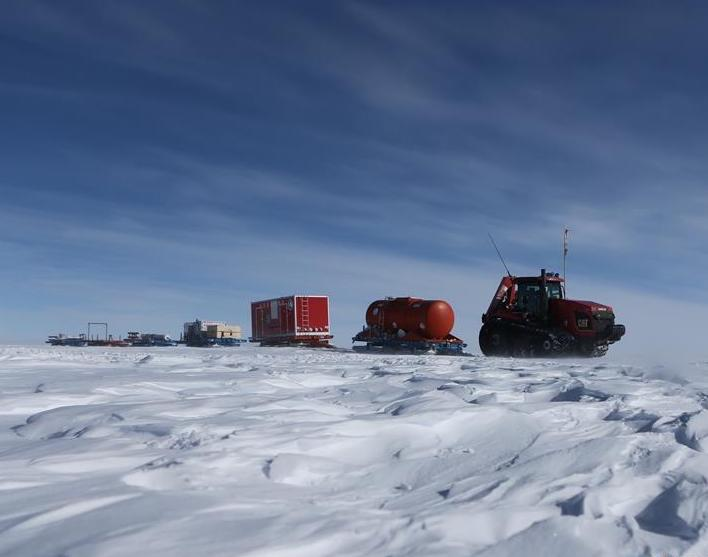 Vehicles of China's 35th Antarctic expedition on their way to Zhongshan station
