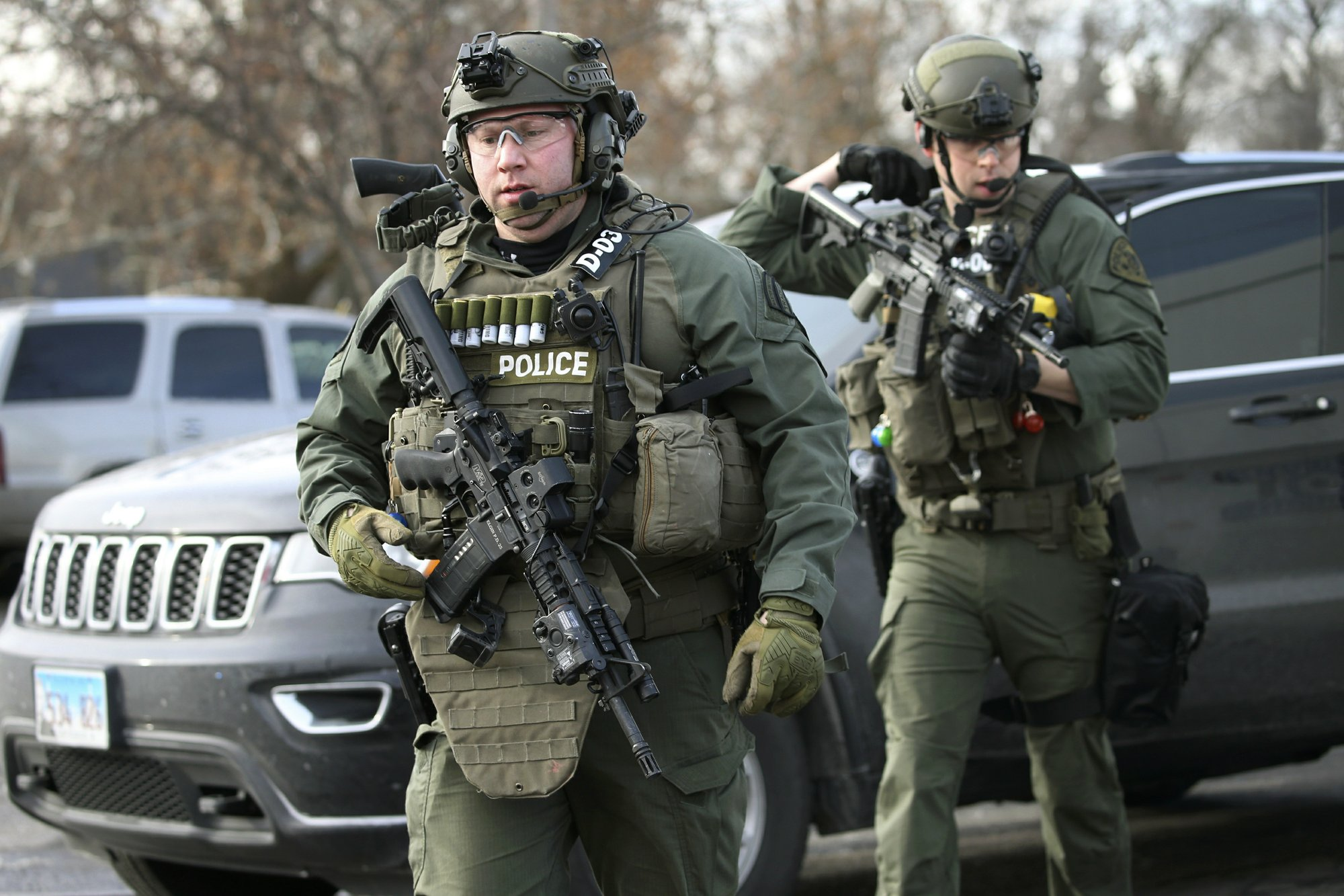 Gunman kills 5 people, wounds 5 police at Illinois business