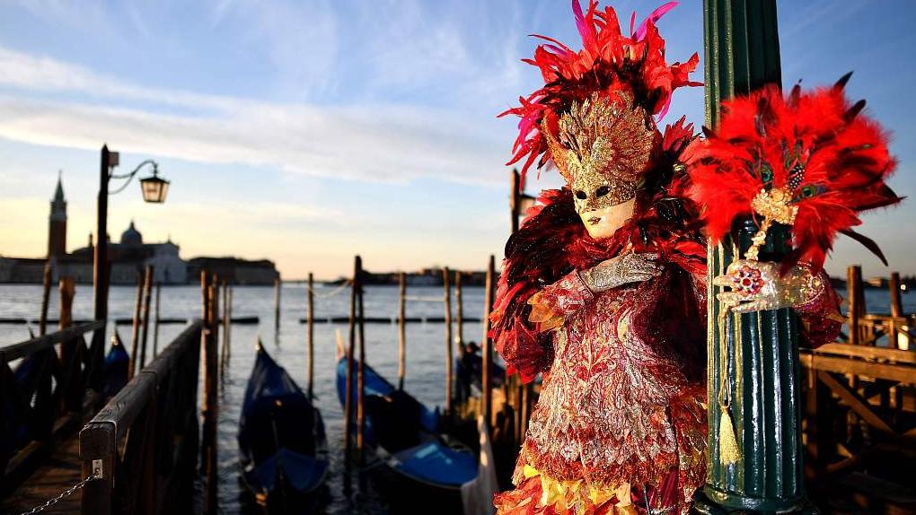 Two 'flying angels' mark start of Venice Carnival festivities