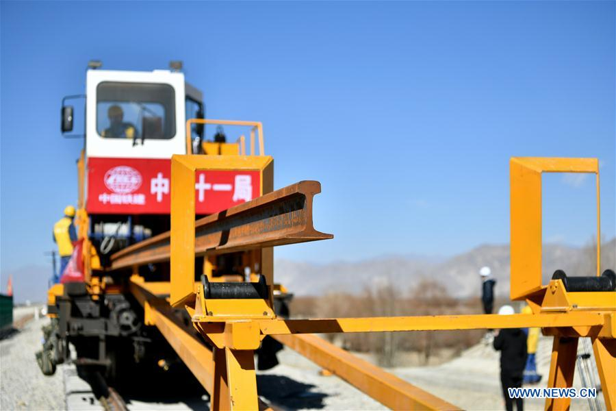 First 500-meter-long steel rail successfully laid on ballastless tracks of Lhasa-Nyingchi Railway