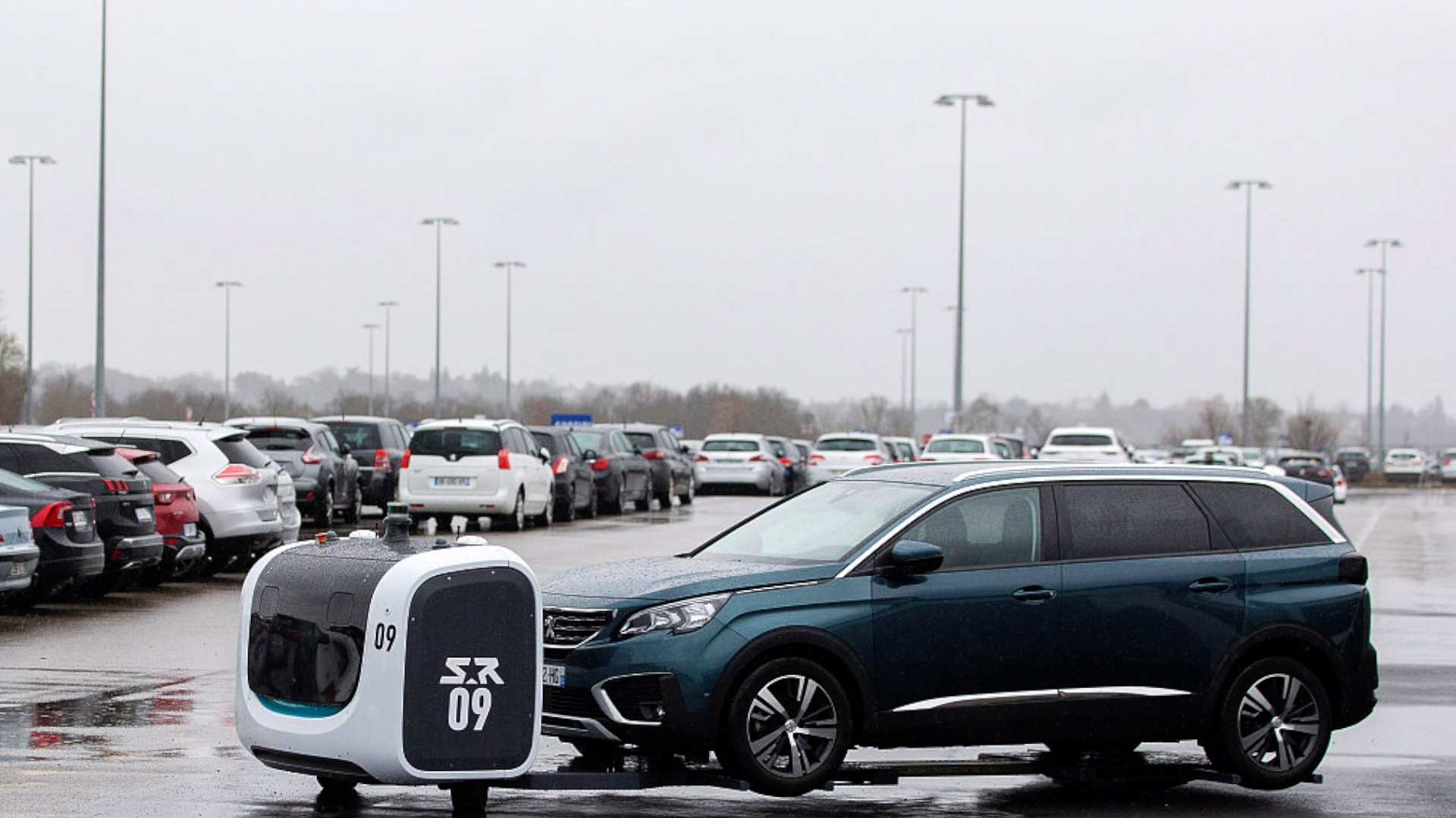 Parking robots help customers optimize space in French airport