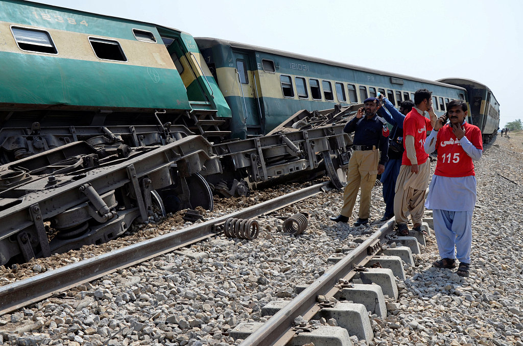 3 killed, 6 injured as blast hits passenger train in SW Pakistan