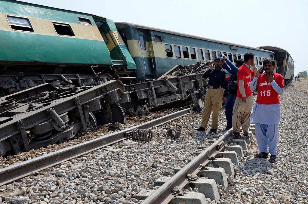 3 killed, 6 injured as blast hits passenger train in SW Pakistan