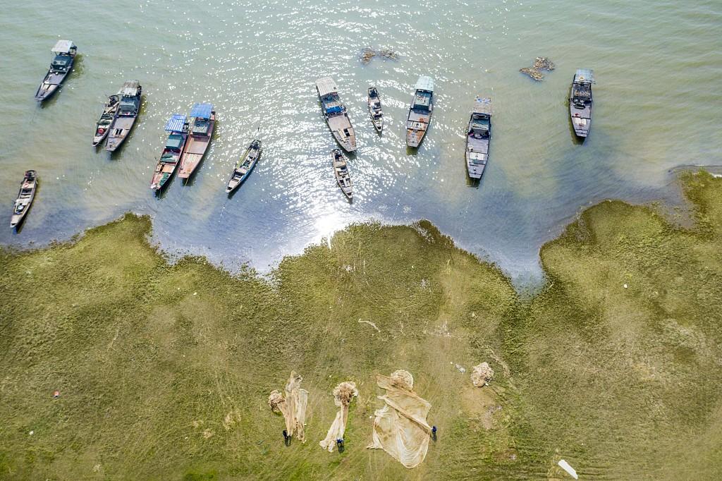Poyang Lake closes fishing for three-months