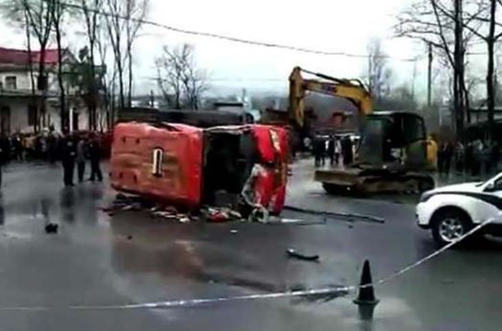 Four dead, 15 injured in central China bus-truck collision