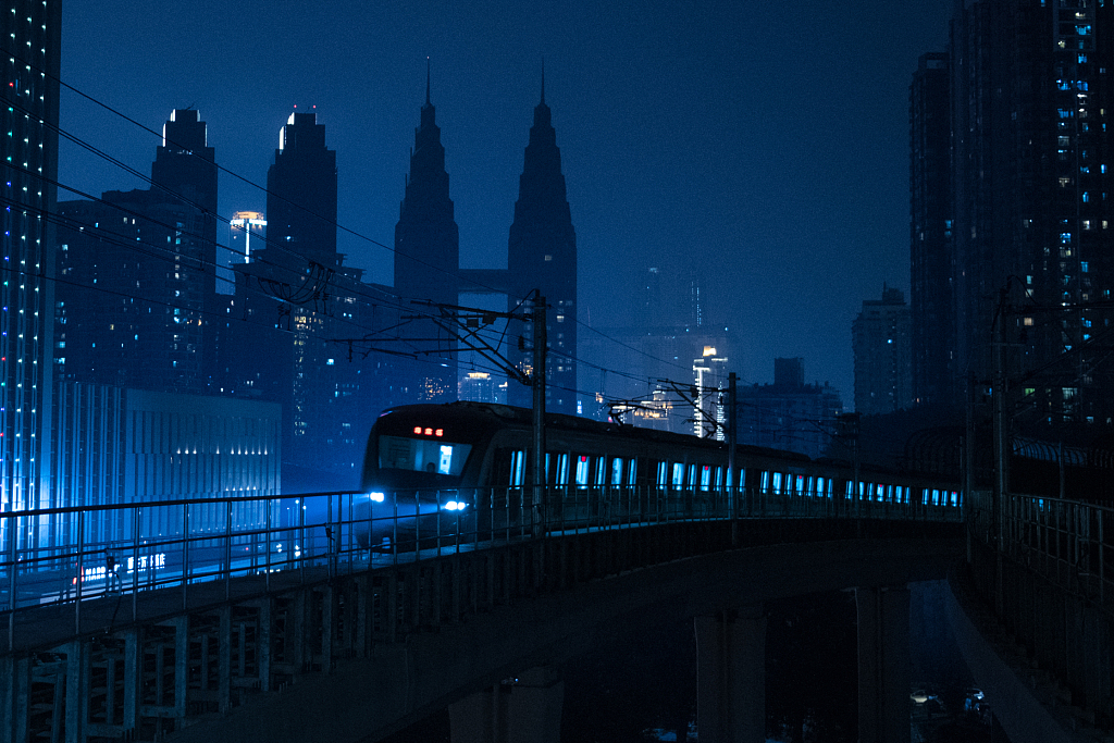 Stunning subway station lights up Chongqing