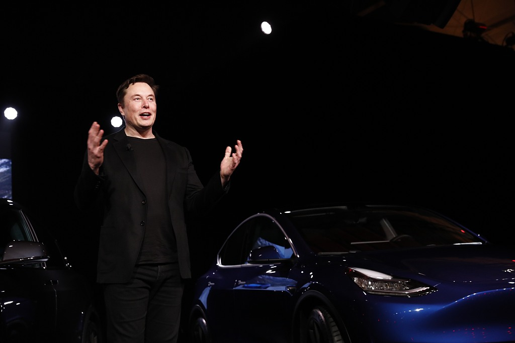 Tesla chief Musk calls on workers to help deliver cars