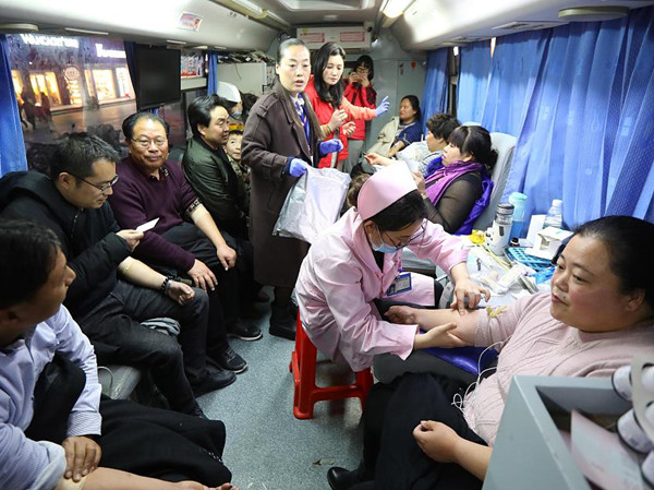People queue to donate blood after deadly explosion in E China