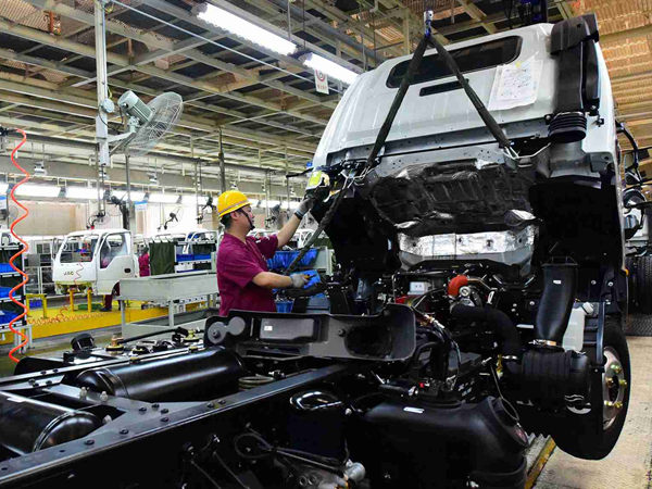 China's manufacturing PMI edges up in March
