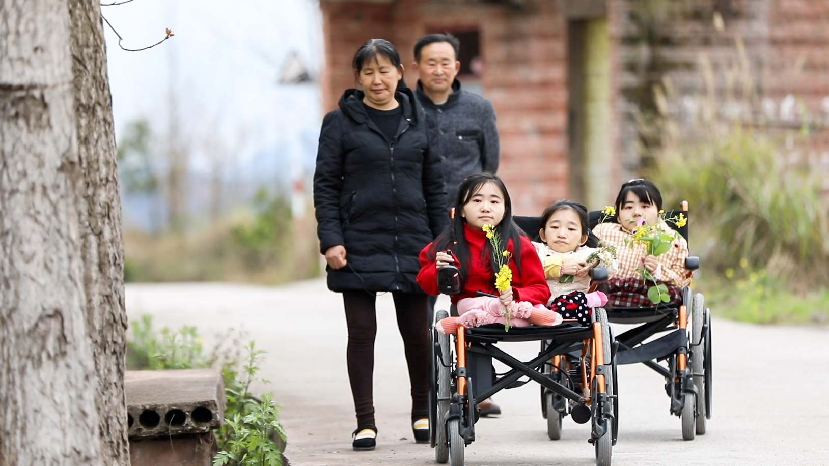 Three Chinese sisters with brittle bone disease become an online hit