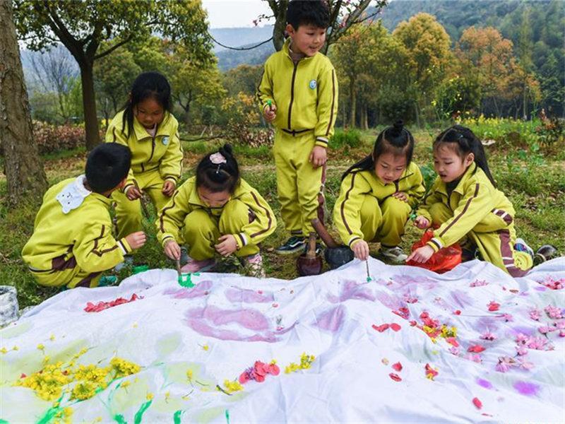 Children paint in fields in Changxing County, E China's Zhejiang