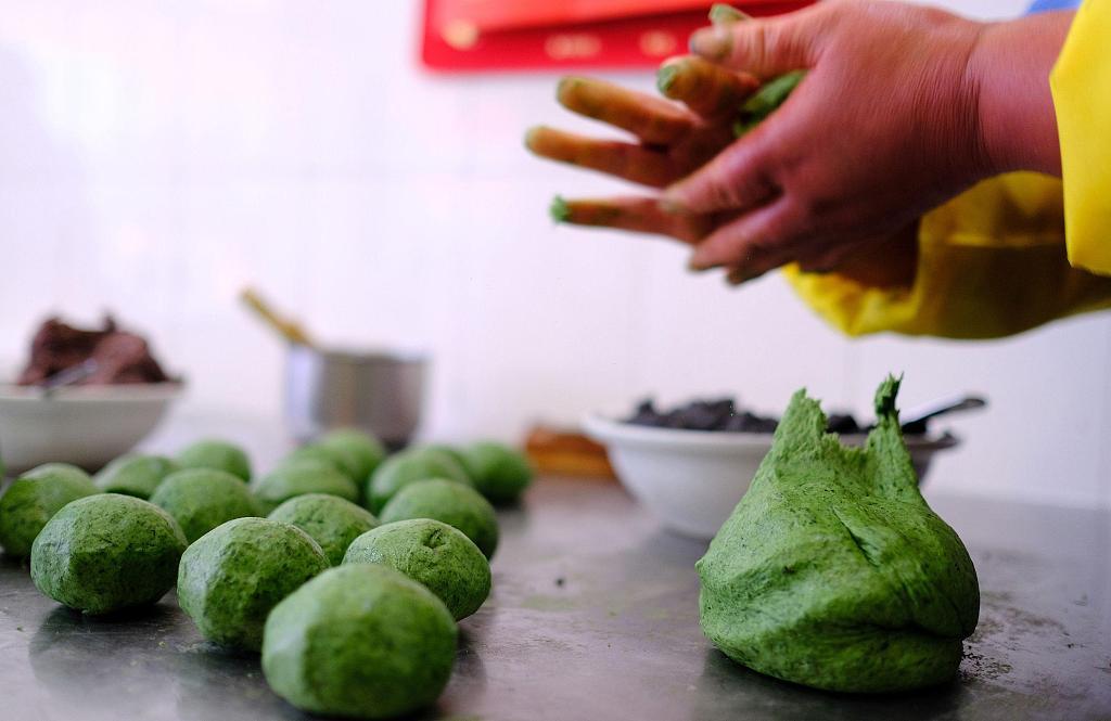 Villagers make Qingtuan in E China's Zhejiang