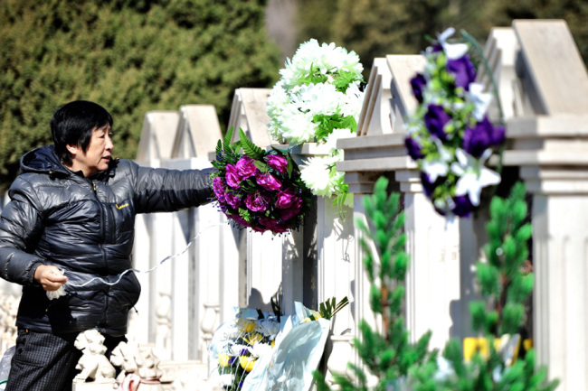 Tomb-sweeping goes greener in China