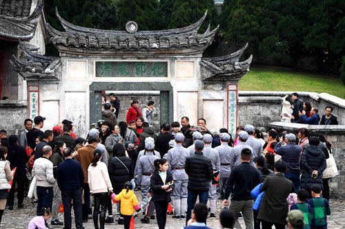 Sites providing 'red tourism' in China experience business boom during Qingming holidays