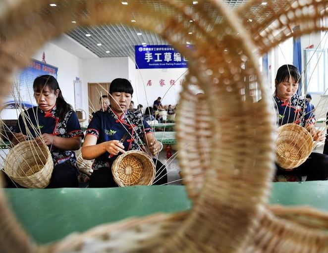 Chinese premier demands increasing support to people relocated for poverty alleviation