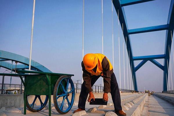 Builders work on Huangcun section of Beijing-Xiongan intercity railway