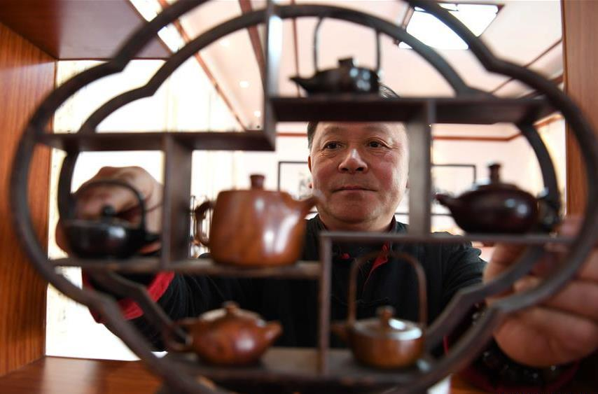 Wood transformed into simple, elegant wooden pots under craftsman's hands