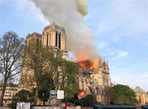 World mourns Paris fire, offers rebuilding help