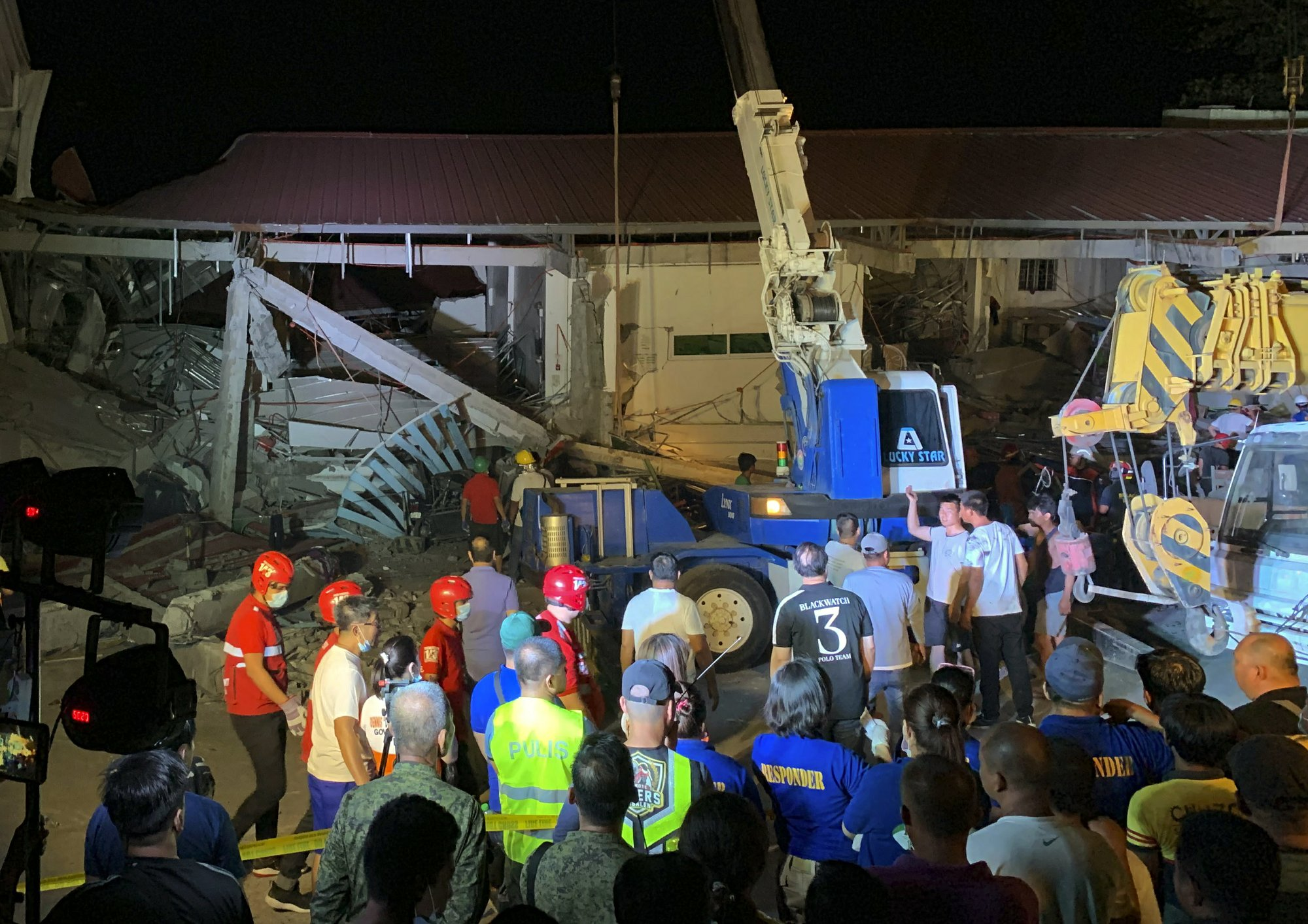 Philippine quake knocks over building, at least 3 dead