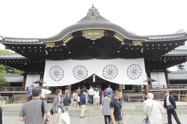 Japanese lawmakers visit notorious Yasukuni Shrine