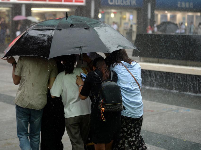Torrential rain affects flights in Guangzhou