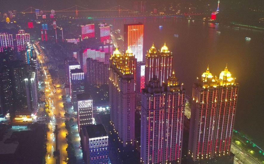 Wuhan holds the largest-ever light show on Yangtze River