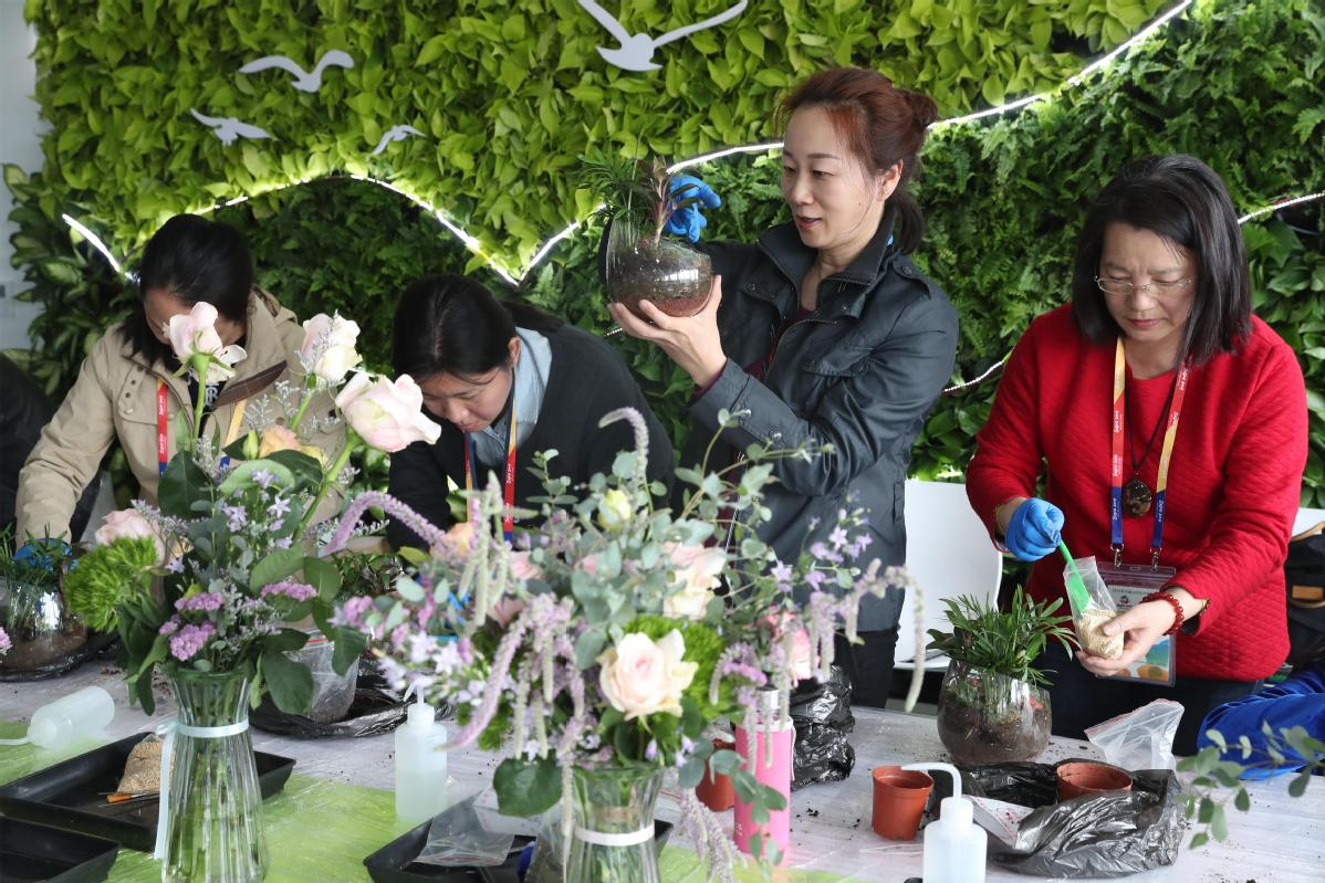Media at horticultural expo get 5G, plus low-tech instruction in flower arranging