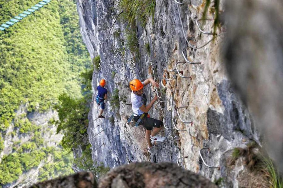 Climbing a 1,000-meter-high cliff in Chongqing
