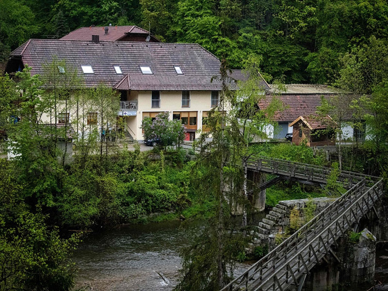 German police find two more bodies linked to crossbow killings