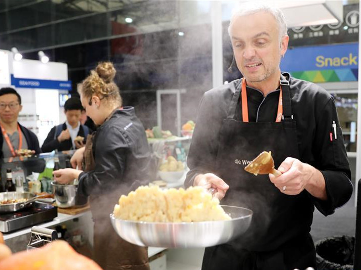 Int'l food and beverage exhibition kicks off