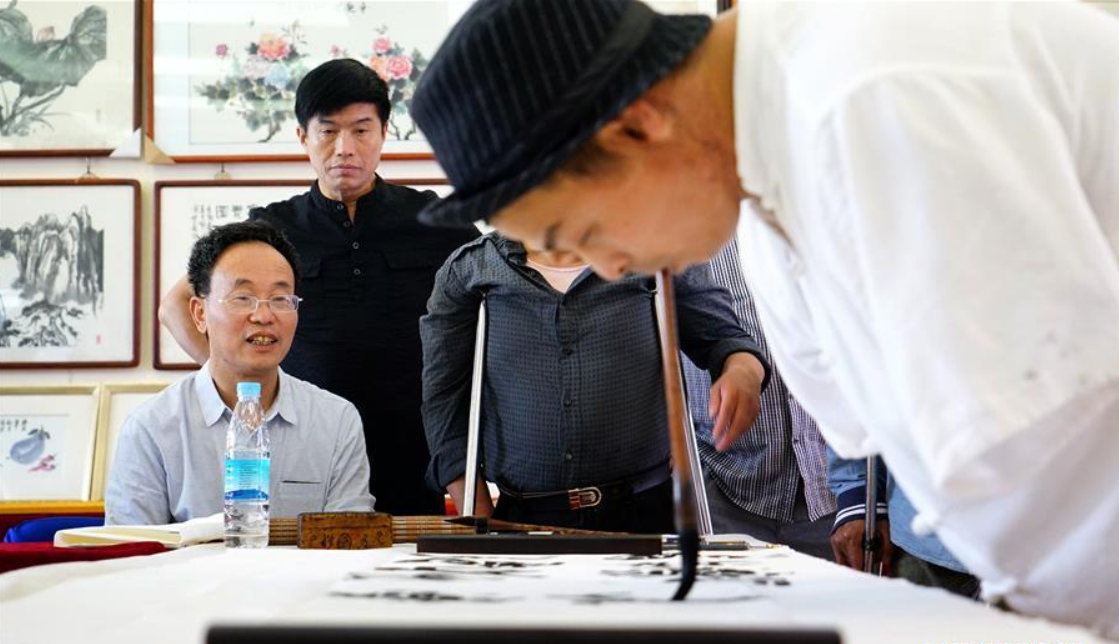 Calligrapher without arms uses mouth to write Chinese calligraphy in Jiangxi