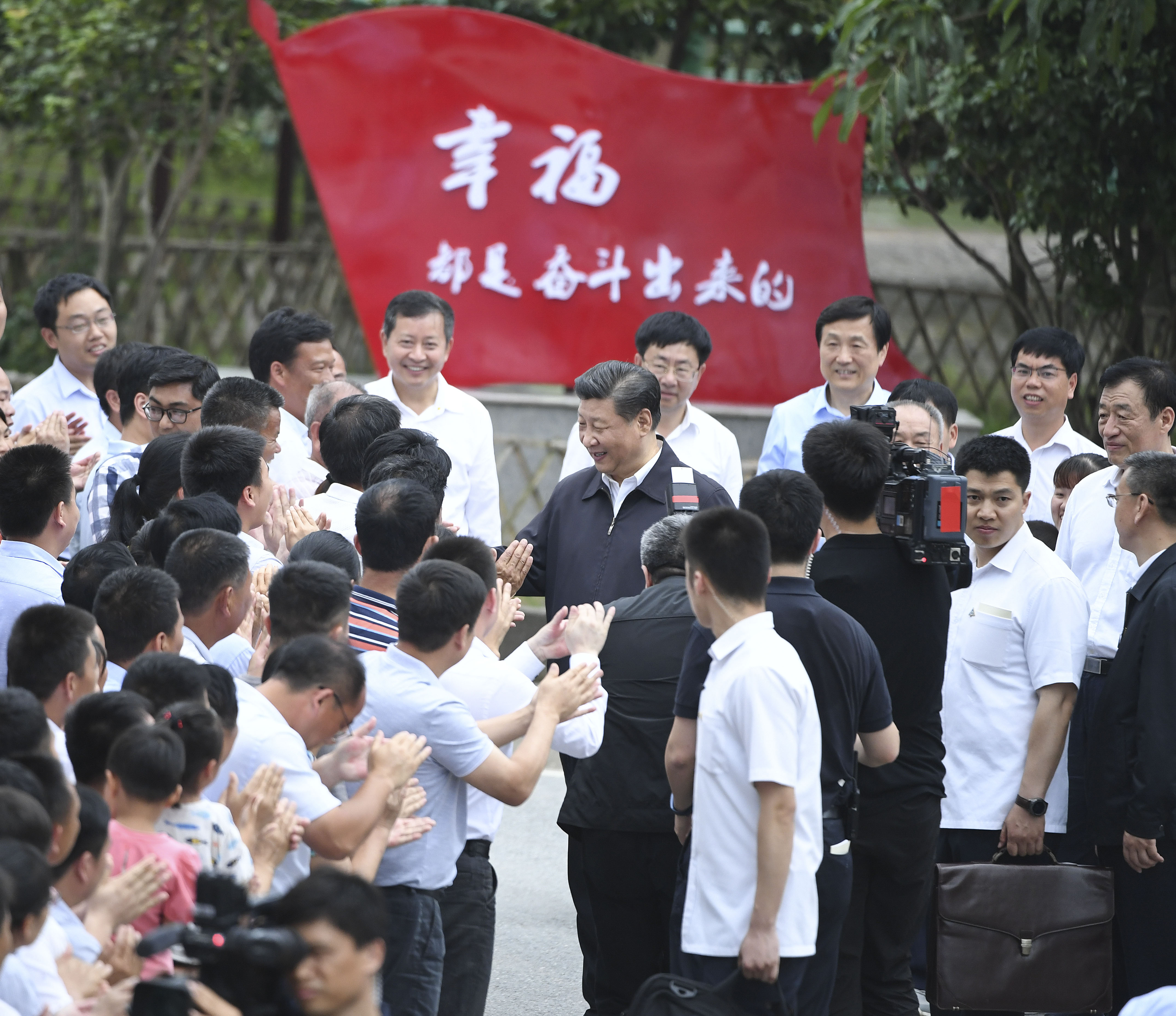 President Xi visited local residents in Tantou Village, Jiangxi Province