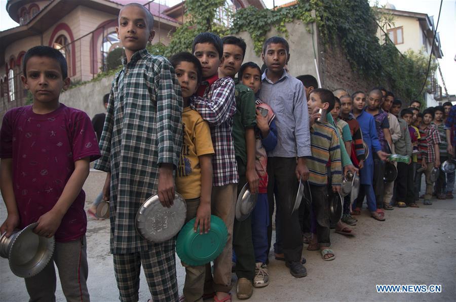 Kashmiri Muslim orphans get food for Iftar in Srinagar