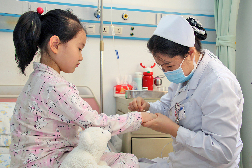Number of China's healthcare workers, sickbeds both rises