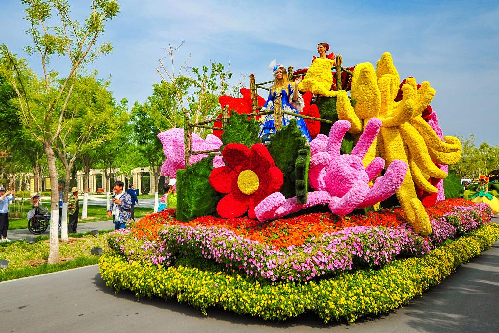 Float parade at Beijing Horticultural Expo