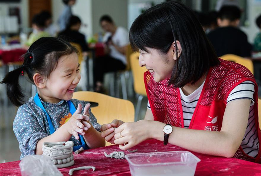 Volunteer center in China's Cixi opens pottery class for pupils to celebrate Int'l Children's Day