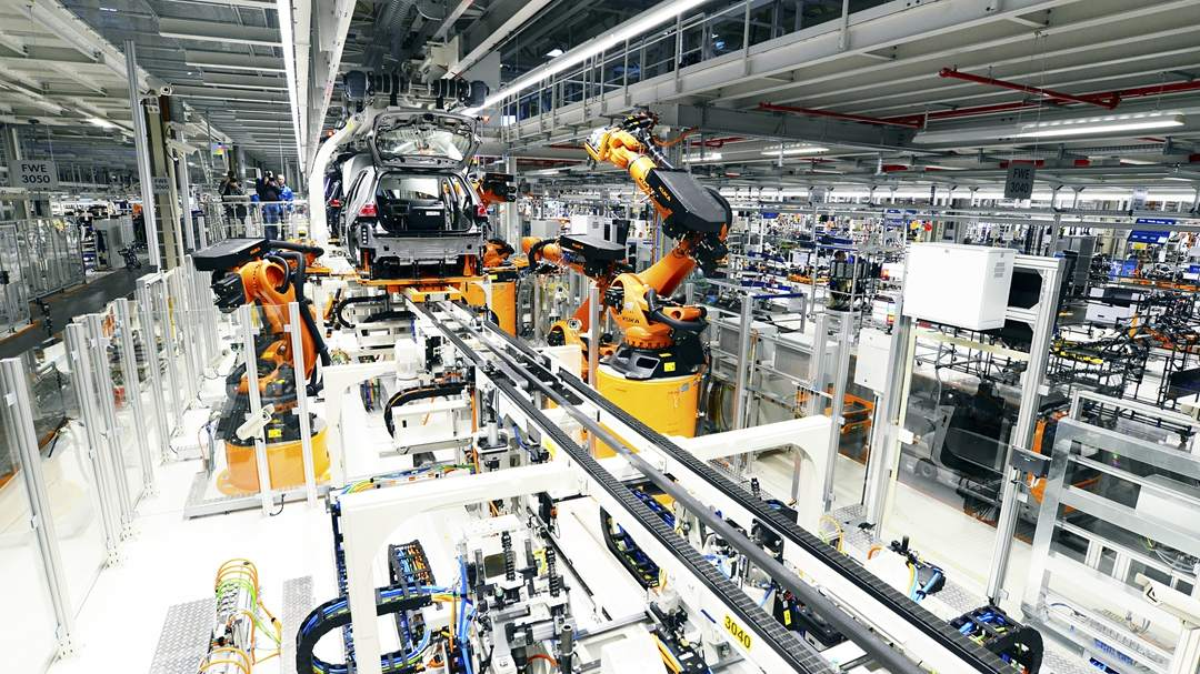 China's industrial profits fall in first 4 months